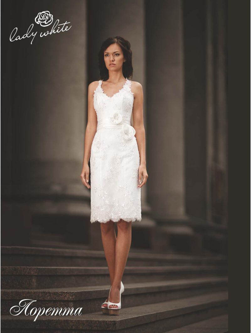 Свадебное платье-футляр с изящным кружевным декором.