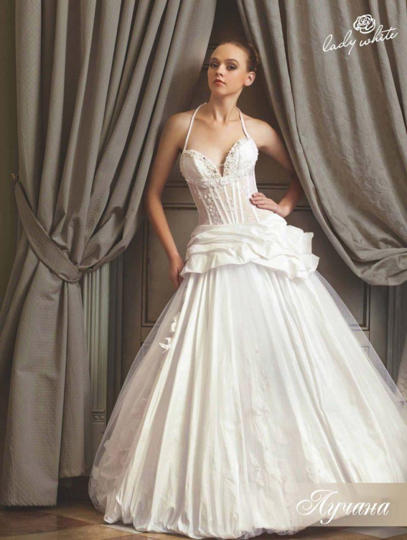 Драматичное свадебное платье пышного кроя с узкими бретелями.