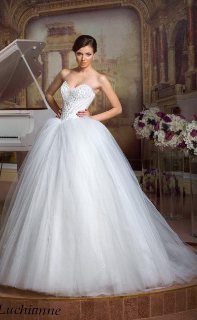 Великолепное свадебное платье с открытым корсетом с вышивкой и воздушным подолом.