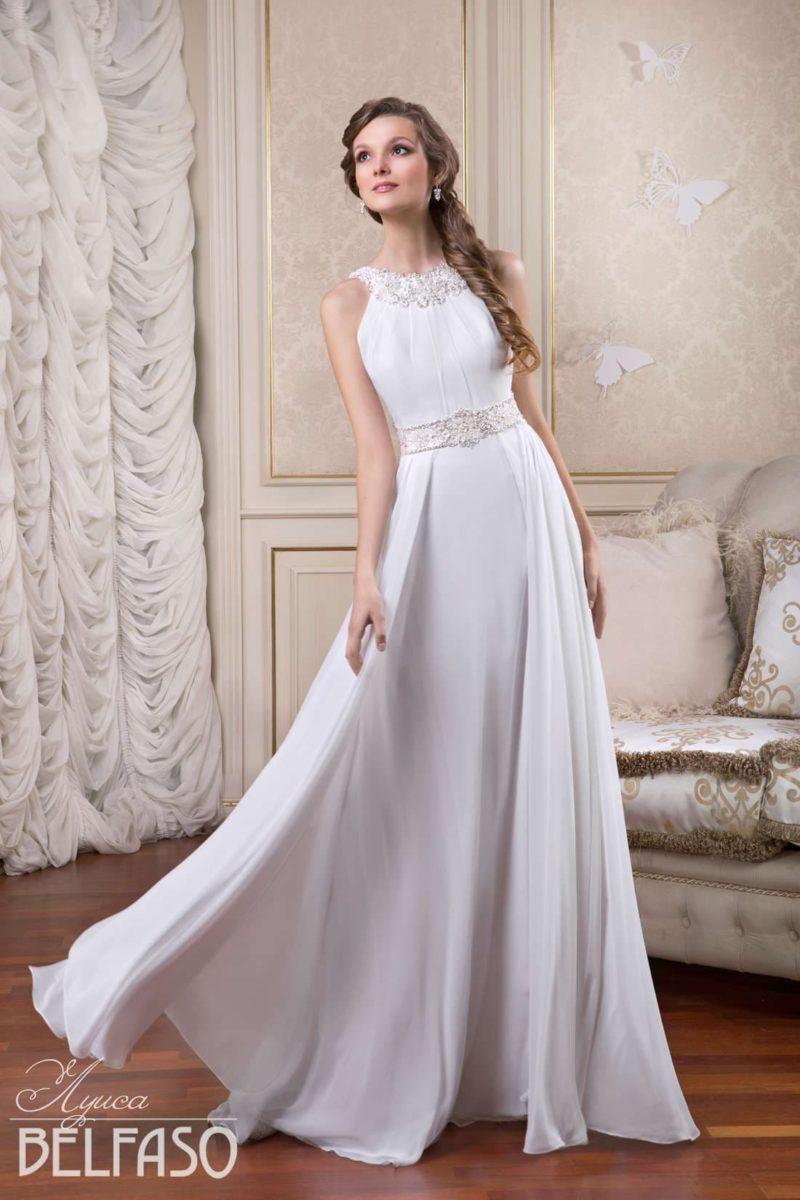 Прямое свадебное платье с округлым вырезом и широким вышитым поясом на талии.