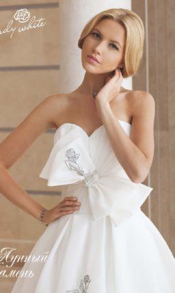 Открытое свадебное платье с лифом в форме сердца с серебристой вышивкой.