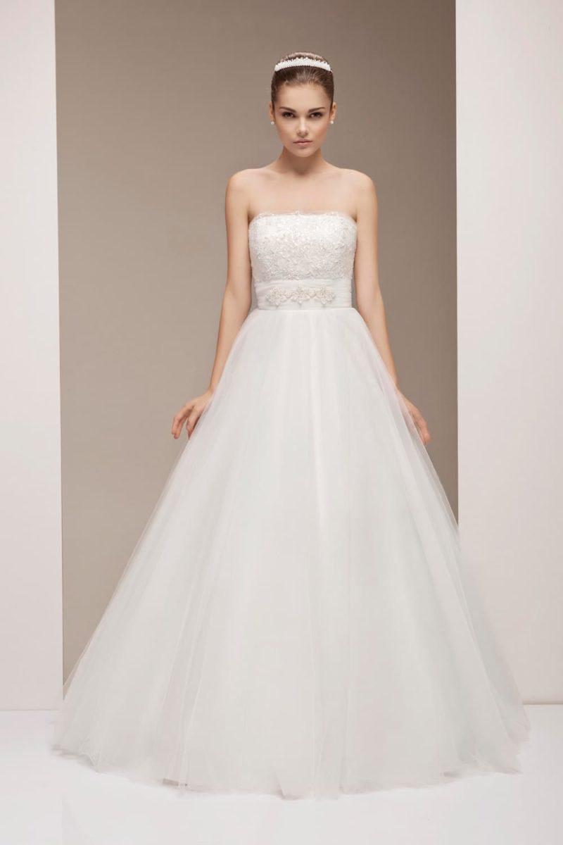 Классическое свадебное платье с пышной юбкой А-силуэта и кружевом на корсете.