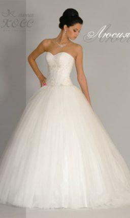 Свадебное платье с роскошной юбкой из тюльмарина и открытым корсетом.