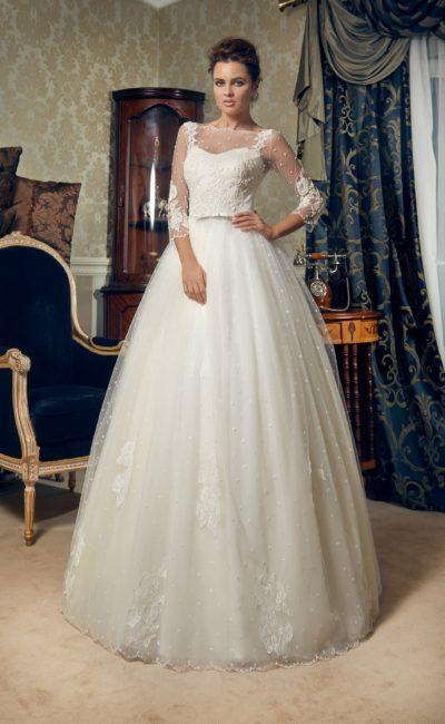 Пышное свадебное платье с рукавом в три четверти и стильной кружевной отделкой.