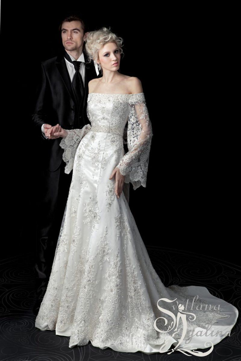 Оригинальное свадебное платье с прямой юбкой и рукавом широкого кроя.