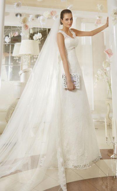 Свадебное платье прямого кроя с V-образным лифом, обрамленным кружевными бретелями.