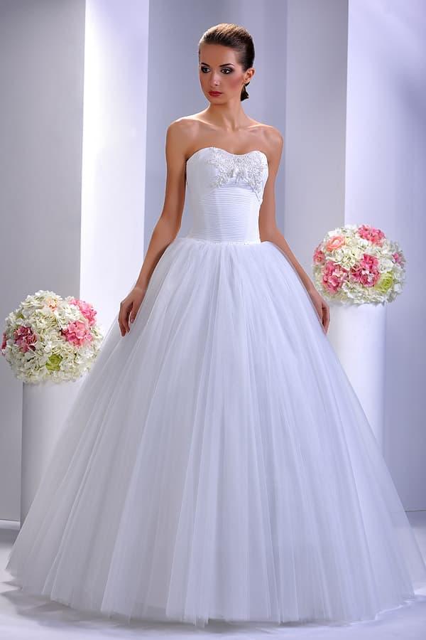 Великолепное свадебное платье с пышной юбкой и лифом, декорированным вышивкой.