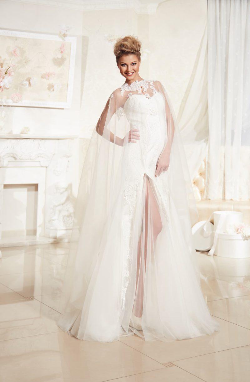 Драматичное свадебное платье с прозрачной накидкой и смелым разрезом сбоку подола.