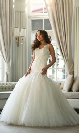 Очаровательное свадебное платье силуэта «рыбка» с чувственным декольте и широкими бретелями.