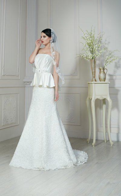 Открытое свадебное платье с юбкой «трапеция», дополненной элегантным шлейфом.