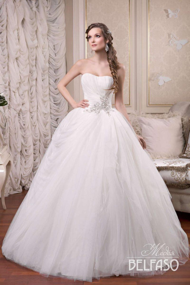 Лаконичное свадебное платье пышного кроя с бисерной вышивкой на уровне талии.