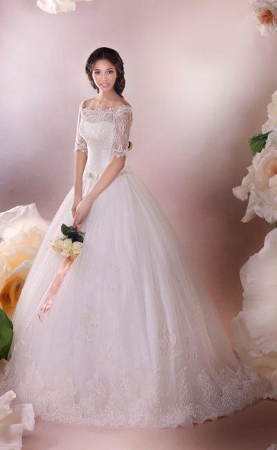 Великолепное свадебное платье пышного кроя с портретным декольте и кружевным рукавом до локтя.