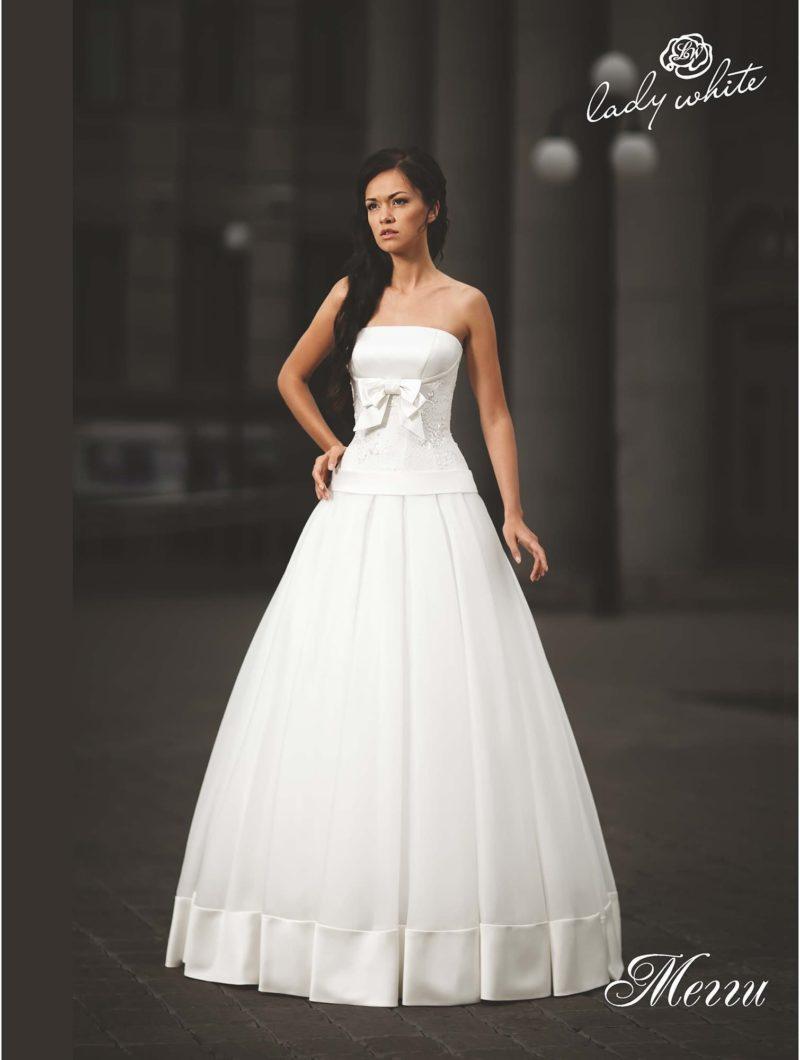 Изысканное свадебное платье пышного кроя с бантом на талии.
