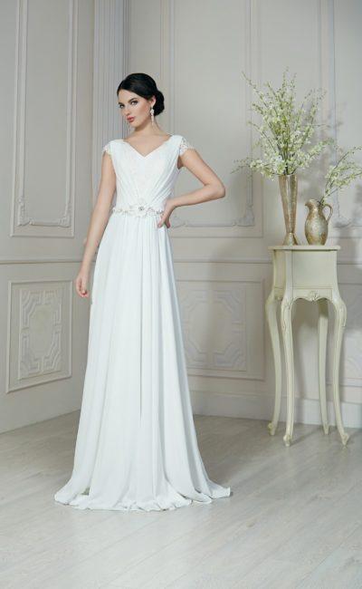 Ампирное свадебное платье прямого кроя с короткими кружевными рукавами и открытой спиной.
