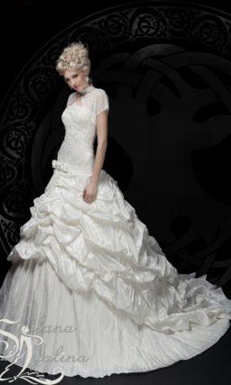 Глянцевое свадебное платье пышного кроя с коротким болеро.