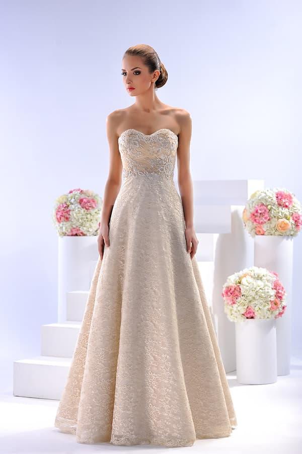 Открытое свадебное платье «принцесса» бежевого цвета, покрытое кружевом.
