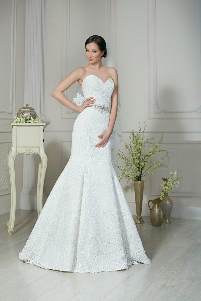 Открытое свадебное платье «рыбка» с соблазнительным лифом и сияющим декором пояса.