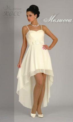 Свадебное платье цвета слоновой кости с укороченным спереди подолом из шифона.