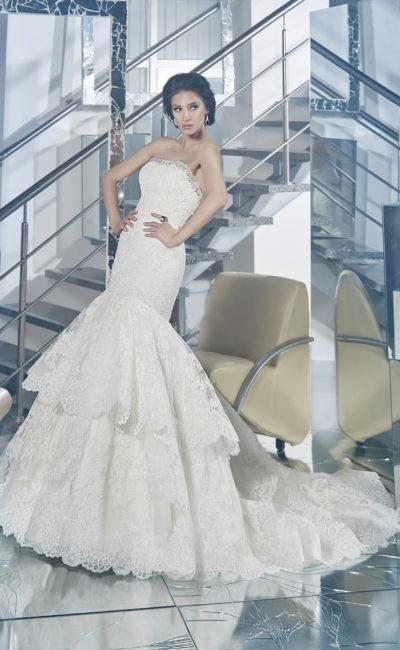 Шикарное свадебное платье облегающего кроя, со сверкающей вышивкой по лифу и многоярусной юбкой.