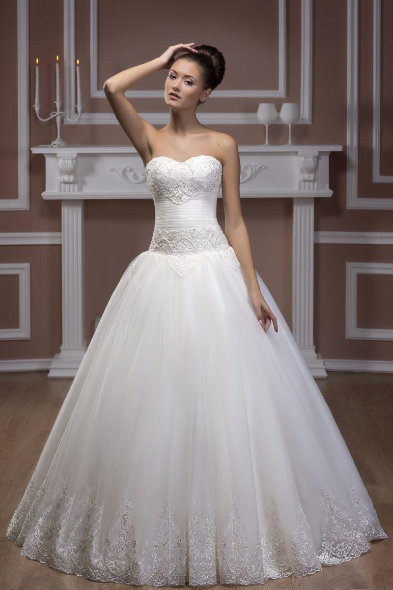 Свадебное платье с кружевным декором лифа и нижней части подола романтичной юбки.