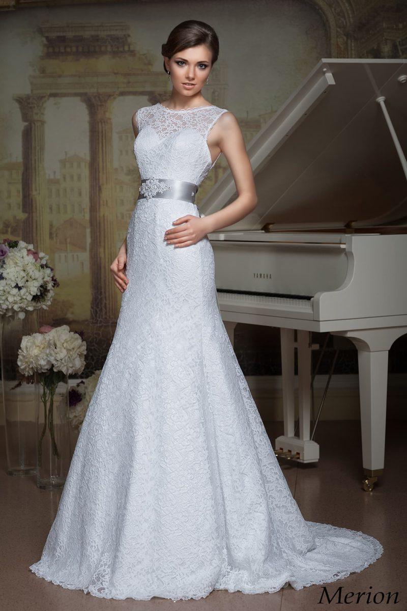 Кружевное свадебное платье «принцесса» с роскошным шлейфом и цветным атласным поясом.