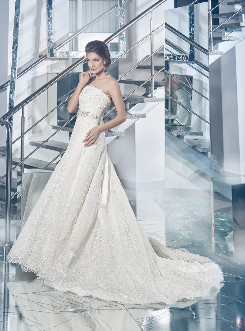 Свадебное платье с изысканным декольте  прямого кроя и кружевной юбкой со шлейфом.