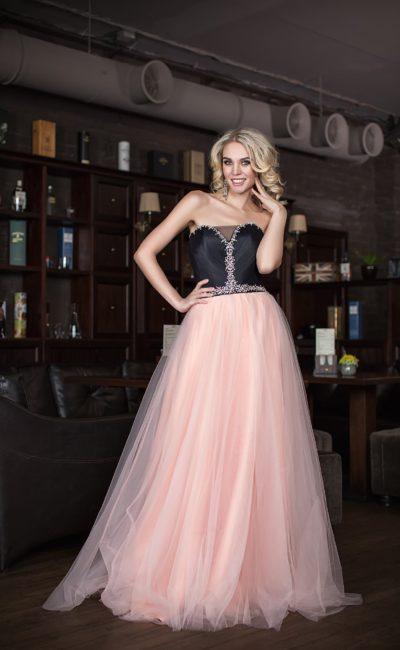 Контрастное вечернее платье с черным атласным верхом и розовой пышной юбкой.