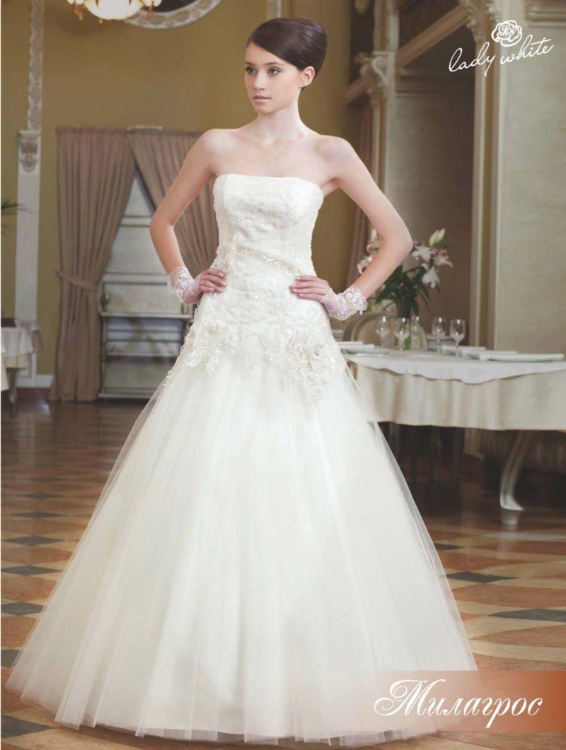Сдержанное свадебное платье с открытым лифом прямого кроя.