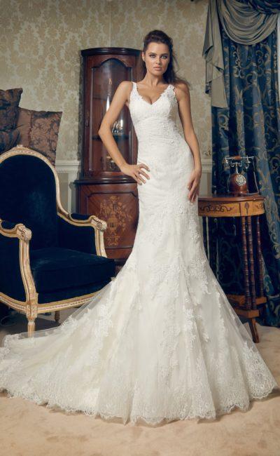 Свадебное платье с V-образным вырезом декольте и облегающим силуэтом «рыбка».