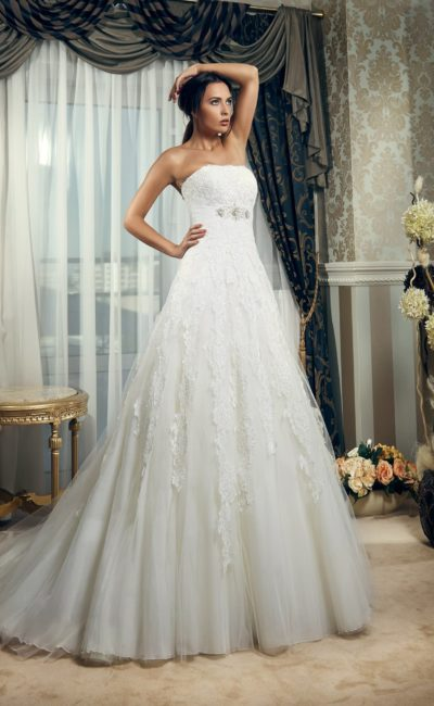 Свадебное платье с романтичным кружевным декором и сдержанным лифом прямого кроя.