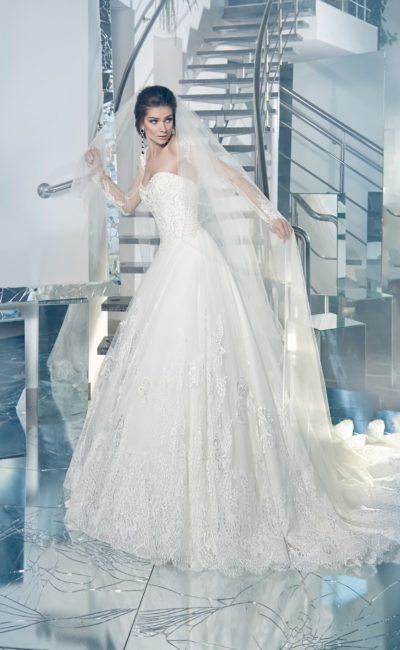 Открытое свадебное платье с женственным корсетом и многослойной кружевной юбкой со шлейфом.