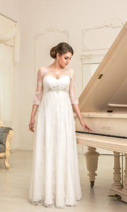 Изящное свадебное платье с кружевной отделкой закрытого верха и завышенной линией талии.