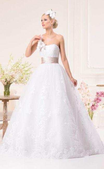 Пышное свадебное платье с деликатным лифом и широким цветным поясом из атласной ткани.