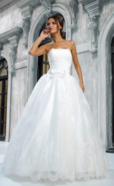Роскошное свадебное платье с открытым корсетом и многослойной кружевной юбкой.