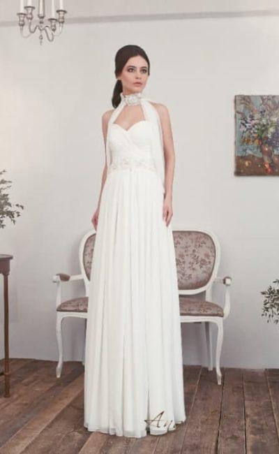 Прямое свадебное платье с кружевным воротником и лифом-сердечком.