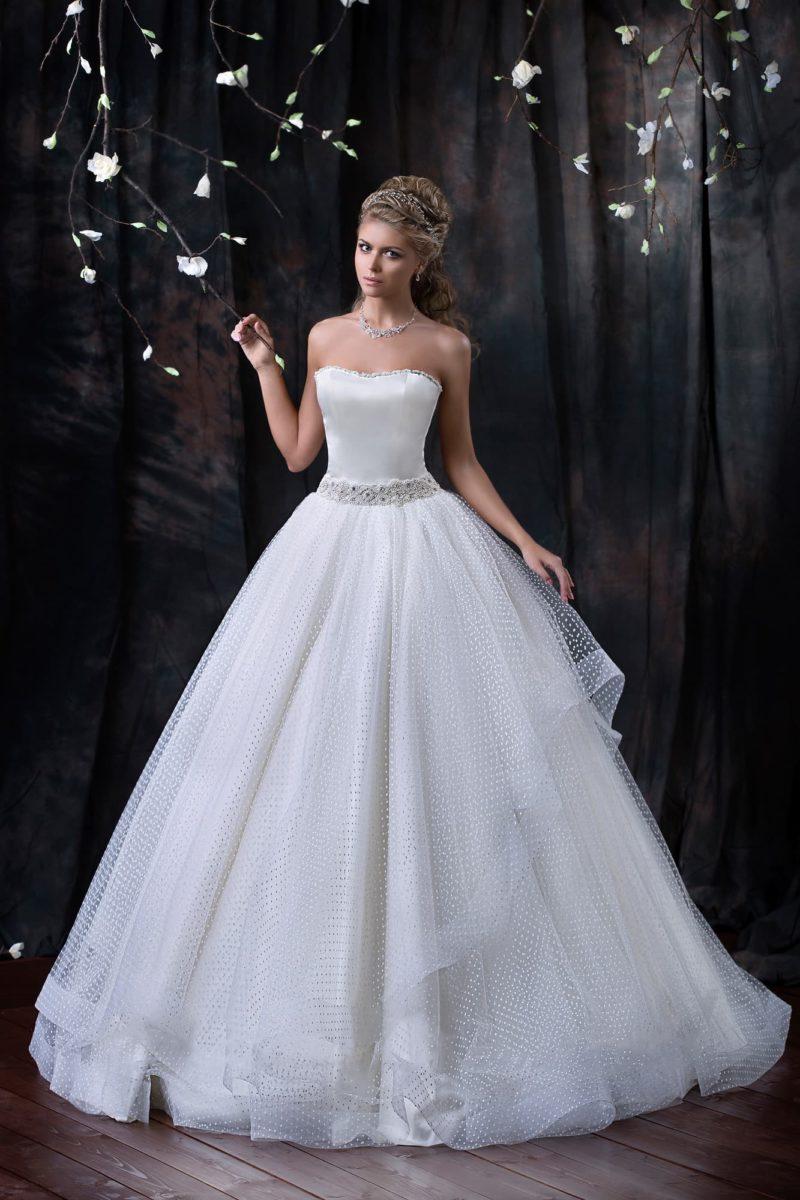 Пышное свадебное платье с открытым атласным корсетом и фактурной тканью по верху подола.