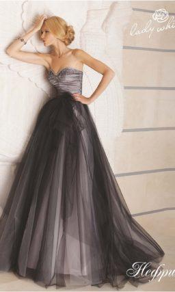 Стильное свадебное платье, декорированное черной прозрачной тканью.