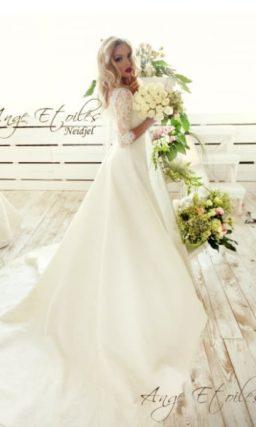 Свадебное платье «принцесса» с кружевным рукавом ¾ и V-образным вырезом.