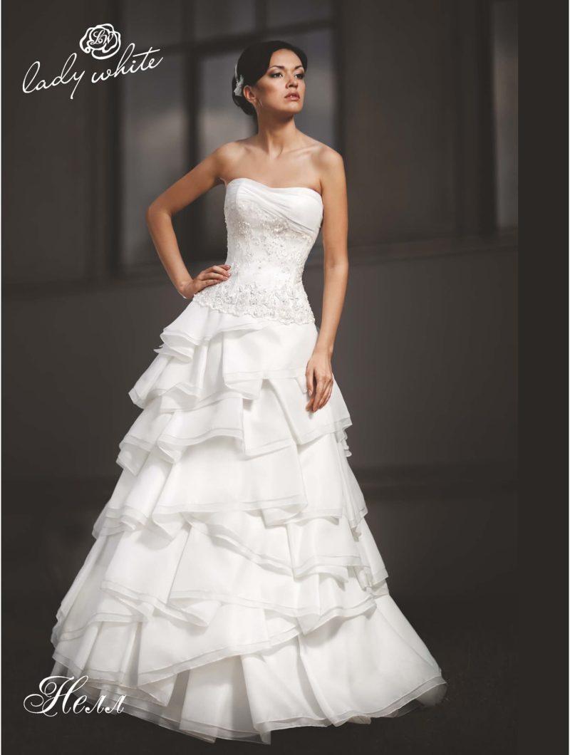 Нежное свадебное платье с многоярусной пышной юбкой.