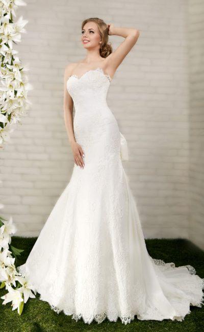 Свадебное платье «рыбка» с объемным атласным бантом сзади и открытым лифом в форме сердца.