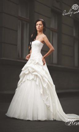 Открытое свадебное платье с оригинальными драпировками на юбке.