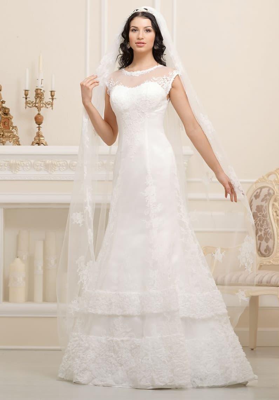 Изысканное свадебное платье «принцесса» с многоярусной юбкой, украшенной снизу кружевом.