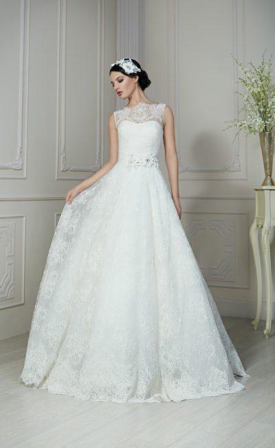 Фактурное свадебное платье с романтичным декором пояса и кружевной спинкой с пуговицами.