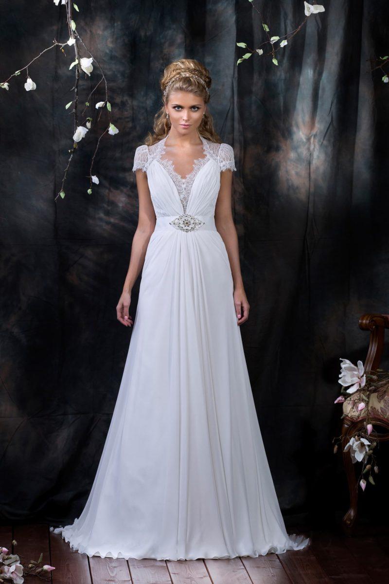 Свадебное платье с утонченным кружевным вырезом V-образной формы и короткими рукавами.