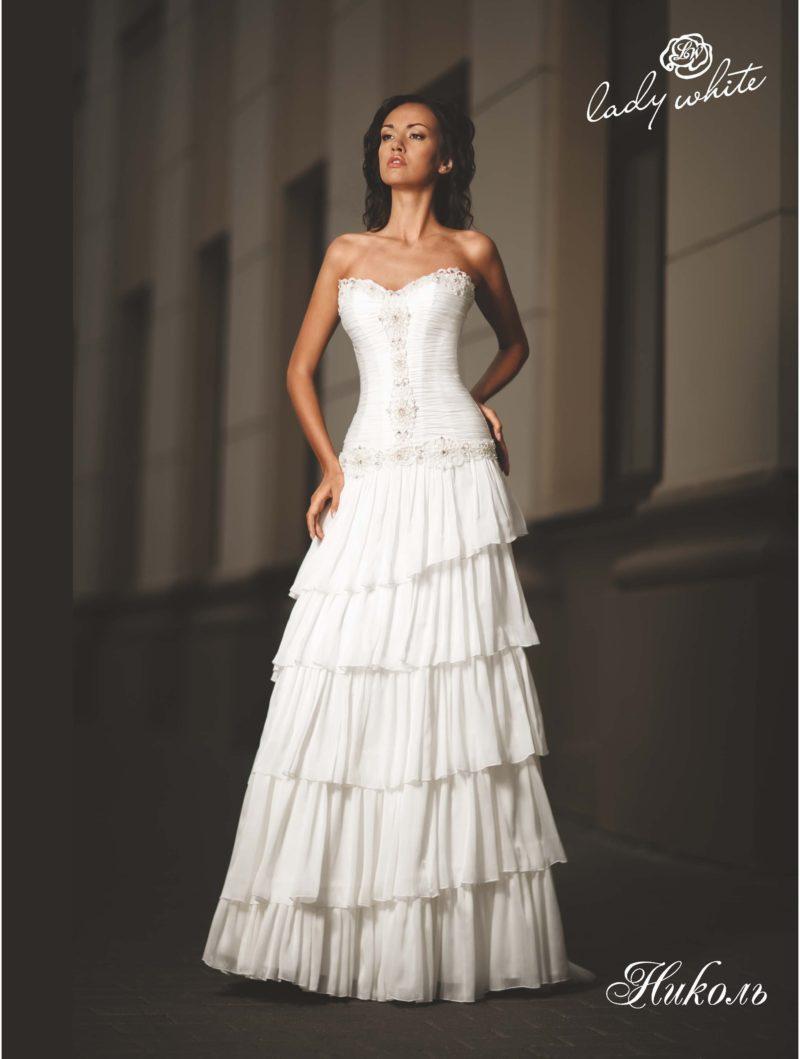 Открытое свадебное платье с многоярусной юбкой А-силуэта.