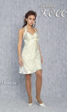 Глянцевое свадебное платье длиной до середины бедра, с бретелью-халтер и бантом под лифом.