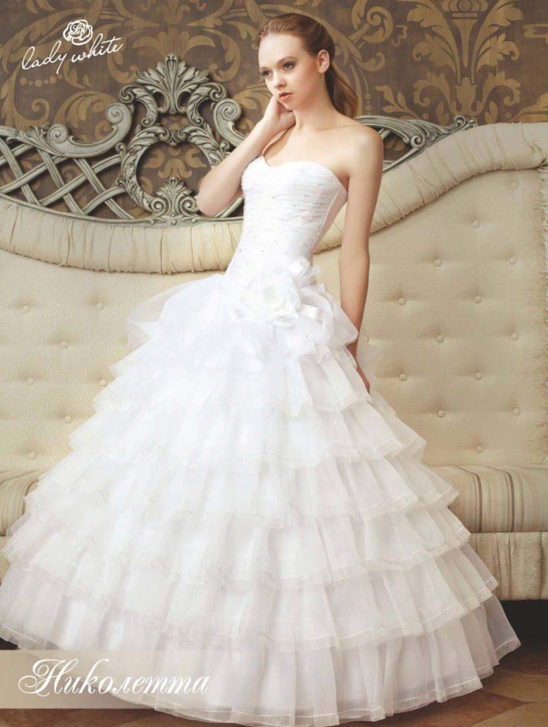 Открытое свадебное платье с романтичной воздушной юбкой.