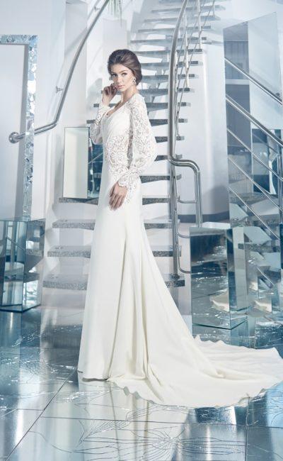 Оригинальное свадебное платье с широкими кружевными рукавами и величественным шлейфом.