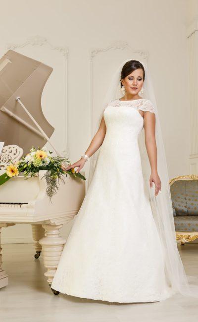 Закрытое свадебное платье «трапеция» с округлым вырезом декольте и короткими рукавами.
