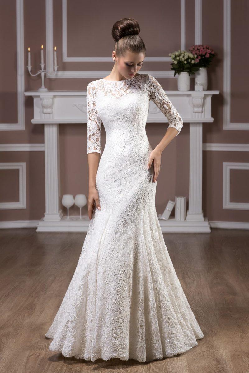 Закрытое свадебное платье с округлым вырезом, изящными рукавами и стильной юбкой «рыбка».
